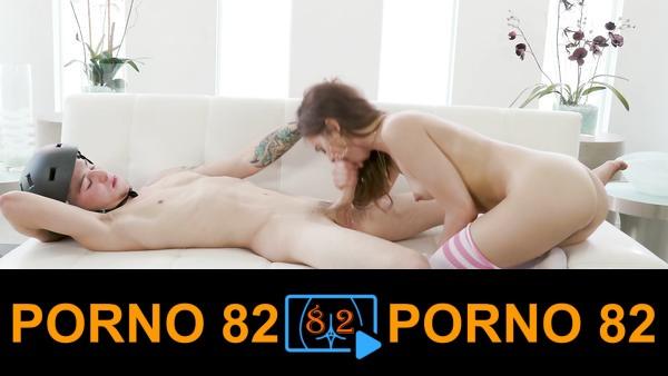 Kurye ile sikişip orgazm üstüne orgazm olan genç kız