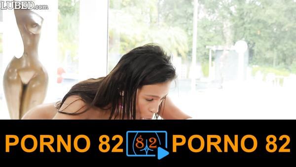 Yağlayıp siktiği kadını orgazm üstüne orgazm ediyor