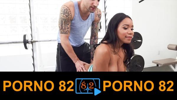Zenci kadın spor hocası ile sikişirken porno film çekti